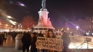 Девушка с плакатом «Нет любым видам антисемитизма и расизма!»