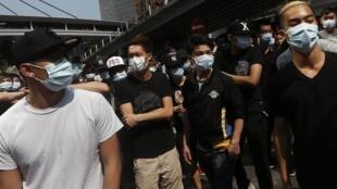 Críticos a protestos desmontam barricadas em Hong Kong.