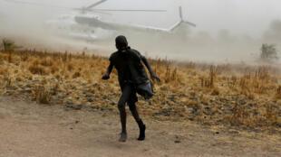 Un hélicoptère du Programme alimentaire mondial quitte un village au Soudan du Sud, en février 2017. La sécheresse qui accable le pays pourrait aggraver la crise.