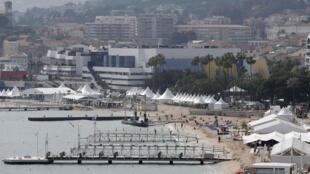 Vue de la Croisette et du Palais des festivals à Cannes.