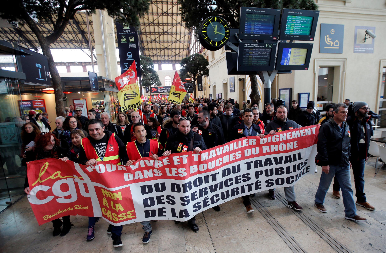 Công nhân ngành đường sắt nhân ngày đình công thứ hai 04/04 tại ga Saint-Charles ở Marseille (miền Nam nước Pháp).