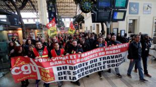 Ferroviários em greve na estação de trem de Marselha, no sul da França.