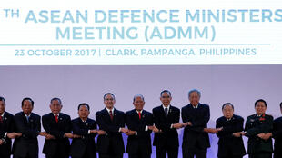 Bộ trưởng Quốc Phòng các nước Đông Nam Á chụp ảnh lưu niệm tại Clark, Philippines, ngày 23/10/2017.