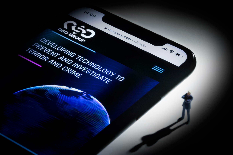 Un teléfono móvil conectado a la página web de la sociedad israelí NSO, que comercializa el programa de espionaje Pegasus, fotografiado en París el 21 de julio de 2021