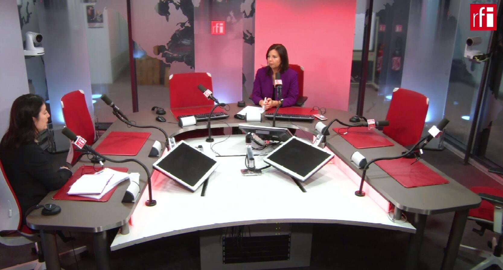 Isadora Zubillaga entrevistada por Andreina Flores en los estudios de RFI