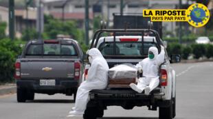 Des personnes portant des combinaisons de protection accompagnent un cercueil sur un camion près de l'hôpital Los Ceibos à Guayaquil, en Équateur, le 8 avril 2020.