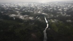 Vista aérea da floresta de Garamba, na bacia do Congo, região ameaçada por conflitos armados.