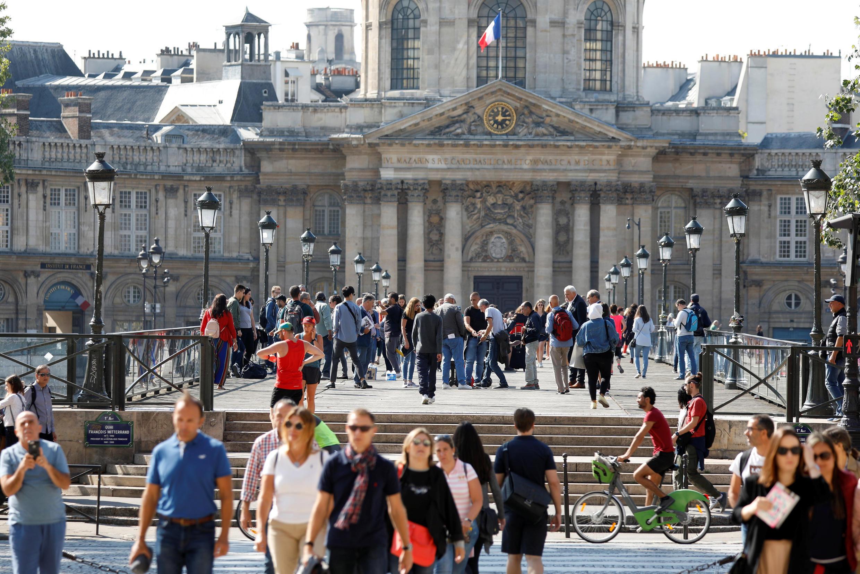 巴黎藝術橋上的人群