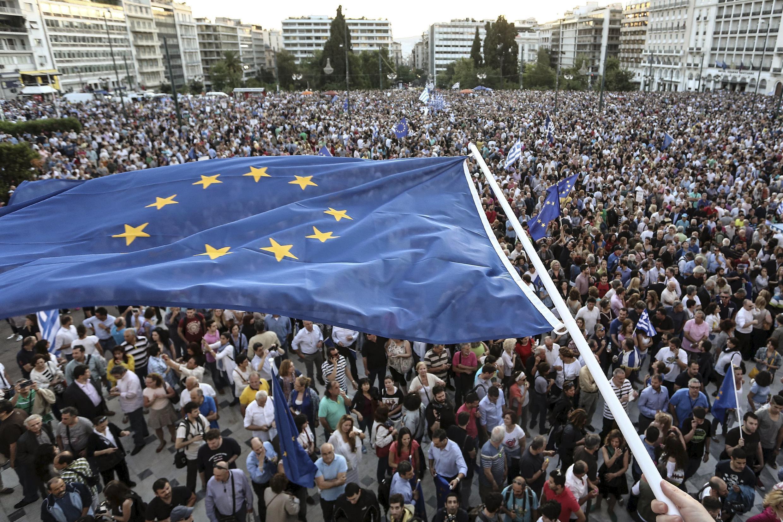 Gregos vão ao centro de Atenas pedir permancência do país na zona do euro.