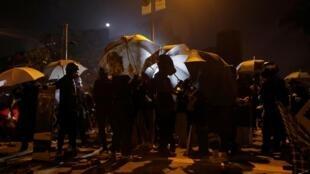 香港反政府示威者聚集在香港理工大学附近2019年11月16日