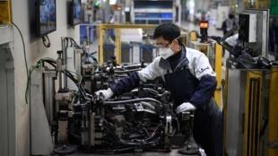 Um operário chinês usa máscara em indústria automobilística em Xangai. Em 24 de fevereiro de 2020.