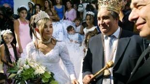 Florin Cioaba (d) lors du mariage de sa fille, à Sibiu, le 27 septembre 2003.