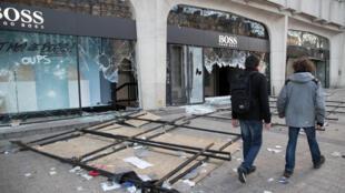 Une des boutiques saccagées sur les Champs-Elysées le 16 mars 2019.