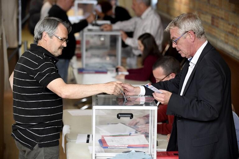 یک حوزۀ رای گیری در شهر «کاره پلوگه» در شمال غربی فرانسه