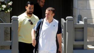 O Presidente Emmanuel Macron, acompanhado por  Alexandre Benalla, quando saía de casa para ir jogar ténis na cidade Le Touquet 17 de Junho de 2017