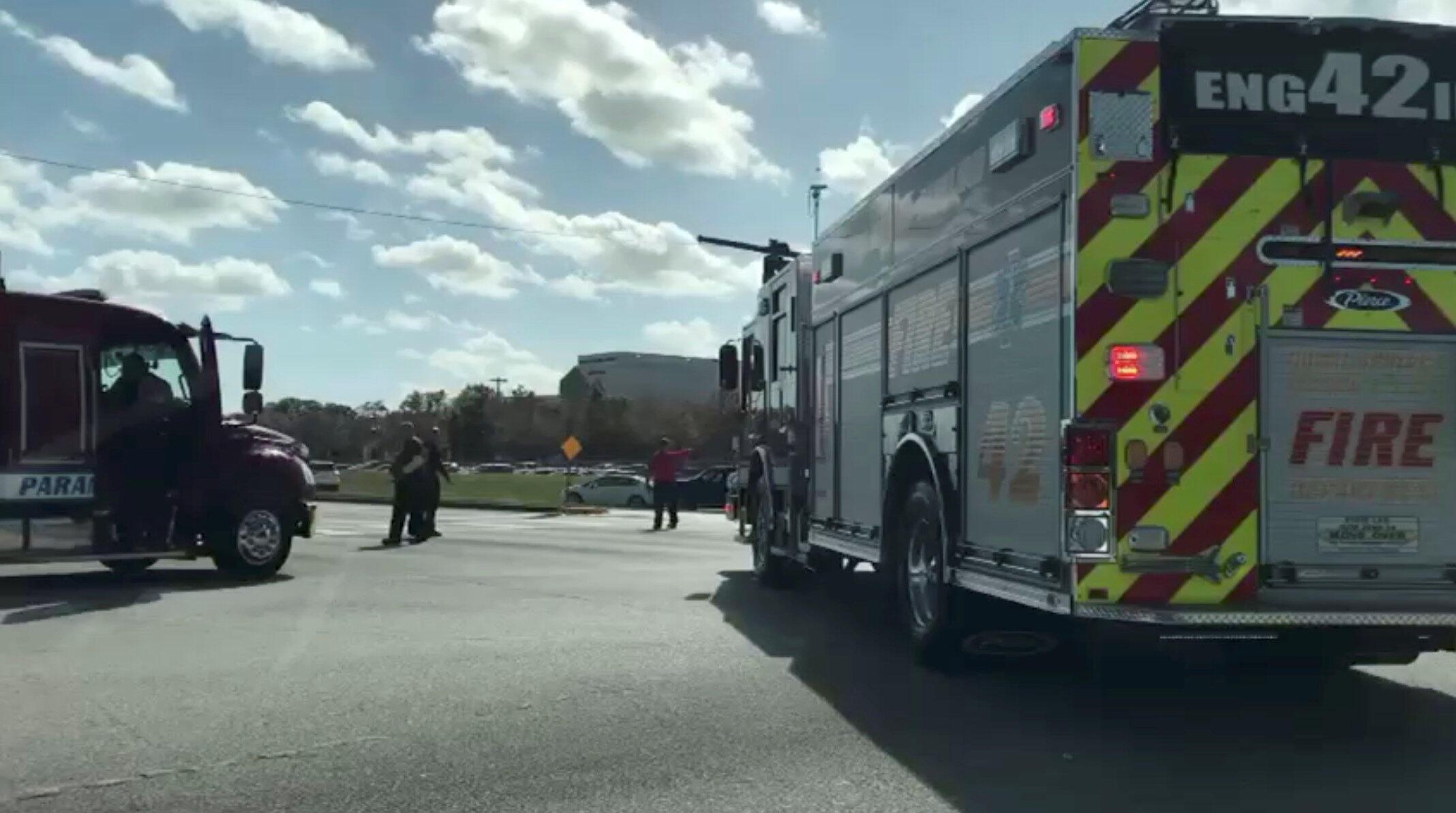 Um caminhão de bombeiro perto da Marjory Stoneman Douglas de Parkland, depois do tiroteio de 14 de fevereiro de 2018