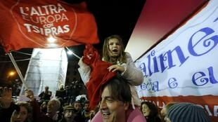 Les partisans de Syriza célèbrent la victoire du parti de gauche radicale aux législatives grecques, le 25 janvier 2015, à Athènes.