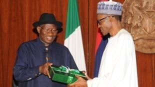 En mai 2015, après sa défaite à la présidentielle, Goodluck Jonathan (G), à la tête du Nigeria depuis 2010, a cédé le pouvoir à Muhammadu Buhari (D).