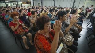 Người dân tham gia cầu nguyện cho hành khách trên chuyến bay MH370 bị mất tích, tại trung tâm nhập thất Kechara ở Bentong, gần Kuala Lumpur ngày 13/04/2014.