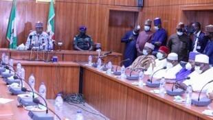Gwamnan jihar Borno Babagana Umara Zulum tare da wasu Mambobin Majalisar Dattijan Najeriya a ziyarar ad suka kai masa.