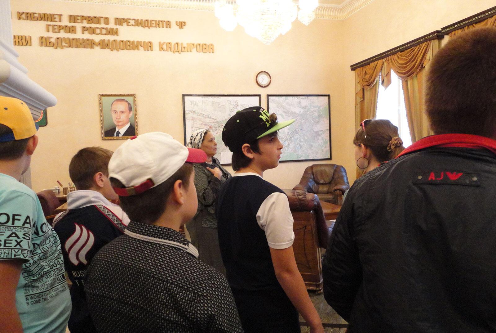 Чеченские школьники посещают музей имени Ахмата Кадырова в Грозном.