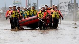 Nhân viên cứu hộ ở Nagano sau khi bão Hagibis tràn qua Nhật Bản, ngày 14/10/2019.
