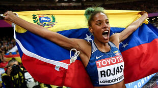 Yulimar Rojas celebra su coronación como campeona mundial en la prueba de triple salto del Mundial de Atletismo en Londres (7 de agosto de 2017)