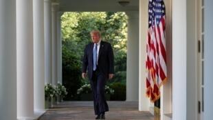 Donald Trump arrive sur le perron de la Maison Blanche, lundi 1er juin, pour procéder à une déclaration officielle sur les manifestations et émeutes aux États-Unis.