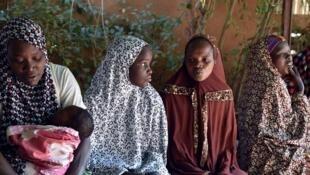 Des femmes attendent leur consultation dans un centre de santé non gouvernemental, à Niamey, en février 2016.