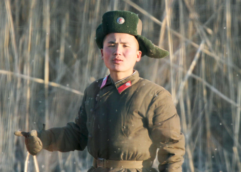 Lính Bắc Triều Tiên ở vùng biên giới. Ảnh chụp ngày 06/01/2016.