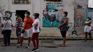 File d'attente pour entrer dans un magasin qui vend des produits en dollars américains à La Havane, le 20 juillet 2020.