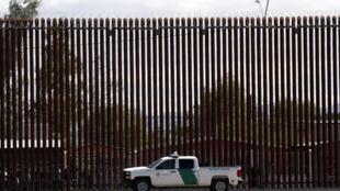 (Ảnh minh họa chụp ngày 05/04/2019) - Một đoạn tường mới dựng giữa biên giới Mỹ - Mêhicô ở El Centro, California.