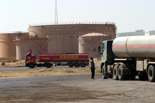 Le pétrole est au coeur du conflit entre Bagdad et les Kurdes: camions-citernes attendant pour faire le plein à une raffinerie de pétrole à Kirkouk, dans le Kurdistan irakien (archive).