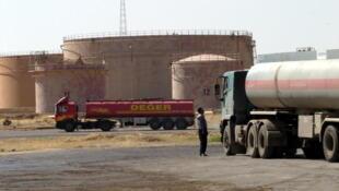 Camiões cisterna junto de uma refinaria de petróleo em Kirkuk, zona reivindicada pelos curdos e Bagdade.