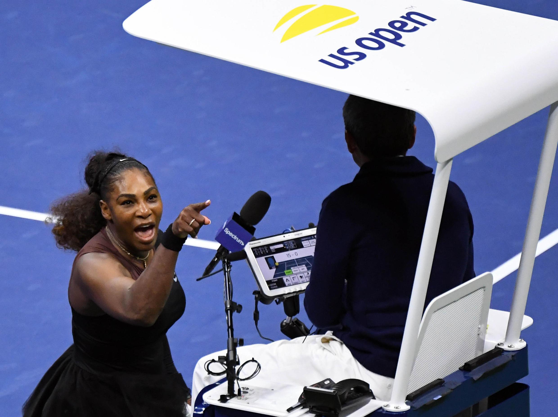 Una furiosa Serena Williams apunta con el dedo al arbitro Carlos Ramos.