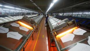 Một nhà máy dệt may ở Hưng Yên. Làm thế nào để thu hút nguồn vốn trong dân vào việc phát triển kinh tế?