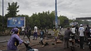 Des manifestants maliens érigent une barricade pour bloquer la circulation sur le pont des martyrs à Bamako, le 11 juillet 2020.