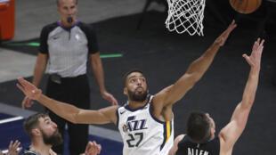 Le pivot du Utah Jazz Rudy Gobert contre le shoot de Grayson Allen des Memphis Grizzlies en play-offs NBA à Salt Lake City, le 23 mai 2021