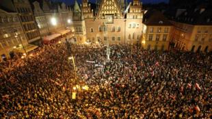 Des milliers de manifestants devant le palais présidentiel à Varsovie, jeudi soir 20 juillet 2017.