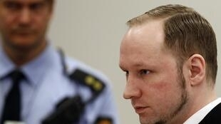 O assassino norueguês, Anders Breivik, chega ao tribunal de Oslo, nesta quinta-feira.