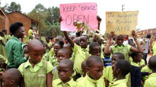 Des écoliers, des professeurs et leurs parents manifestent à Nsumbi, en Ouganda, en novembre 2016 contre la fermeture d'écoles du programme Bridge international academies.