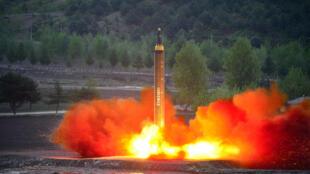 Hình ảnh một vụ bắn thử tên lửa tầm xa của Bắc Triều Tiên được hãng tin KCNA công bố ngày 15/05/2017.