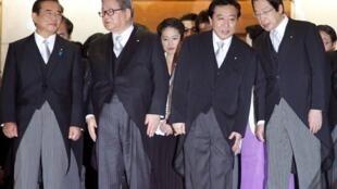 日本新首相野田Noda(右二)与内阁成员在总理官邸召开第一次内阁会议后的照片。2011年9月2日。