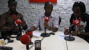 Wasanii Guyrap na Harera wakiwa katika studio za RFI kiswahili na mtangazaji wa makala haya Emanuel Makundi (katikati)