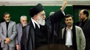 Ayatollah Ali Khamenei  na Iran tare da Shugaba Ahmadinajad