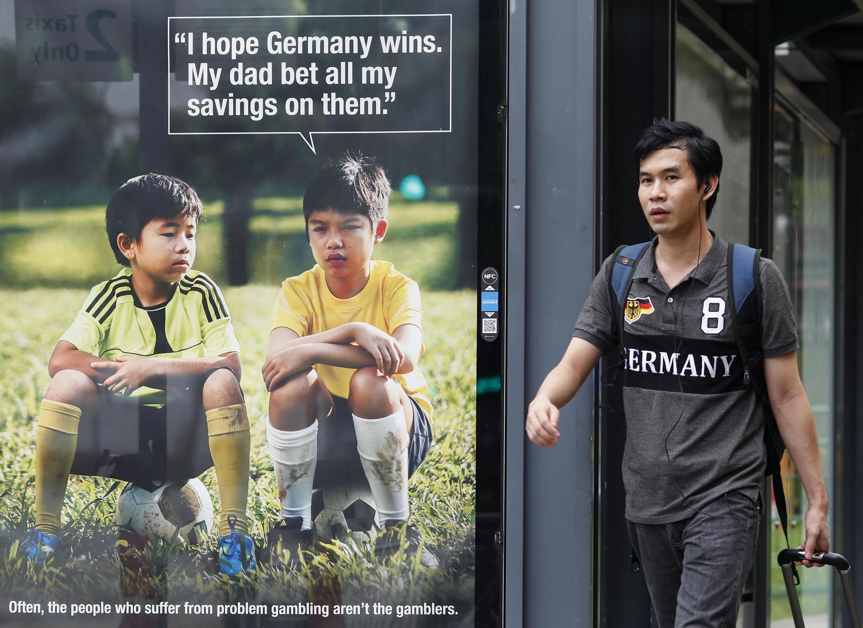 Poster tuyên truyền chiến dịch chống cá độ của Interpol ở Singapore. Ảnh chụp ngày 09/07/2014.