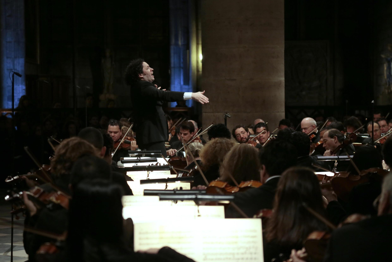 Archivo. Gustavo Dudamel dirige la Orquestra Filarmónica de Radio France durante un ensayo en la catedral de Notre-Dame de París en 2014