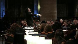 Gustavo Dudamel dirige la Orquestra Filarmónica de Radio France durante un ensayo en la catedral de Notre-Dame de París en 2014