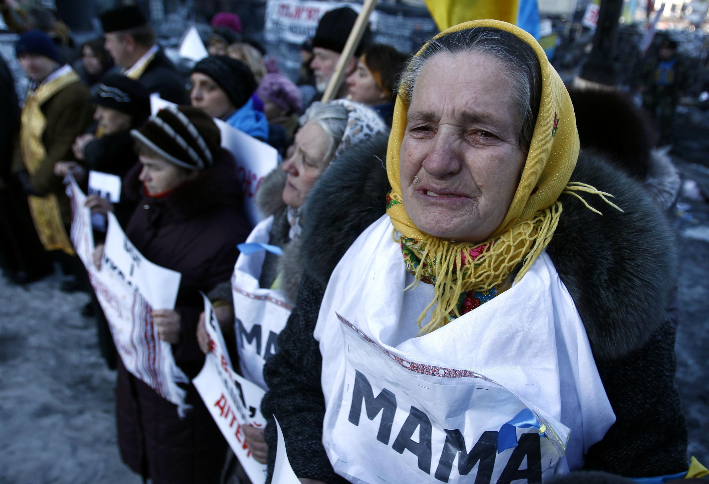 Des manifestantes attendent le service religieux sur les barricades, le 5 février 2014.