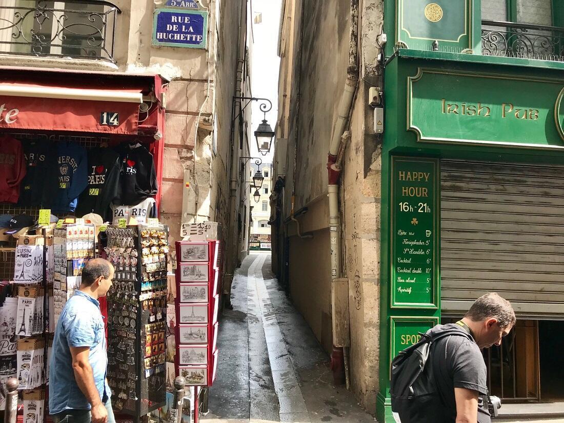La rue du Chat-Qui-Pêche côté rue de la Huchette.